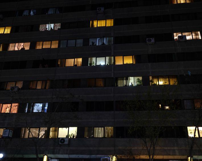"""En el complejo de departamentos """"Ekbatan"""" en el oeste de Teherán, los habitantes se acercan a ..."""