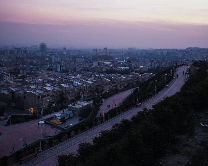 Millones de habitantes de Teherán están atrapados adentro durante la pandemia de coronavirus. Los hospitales están ...