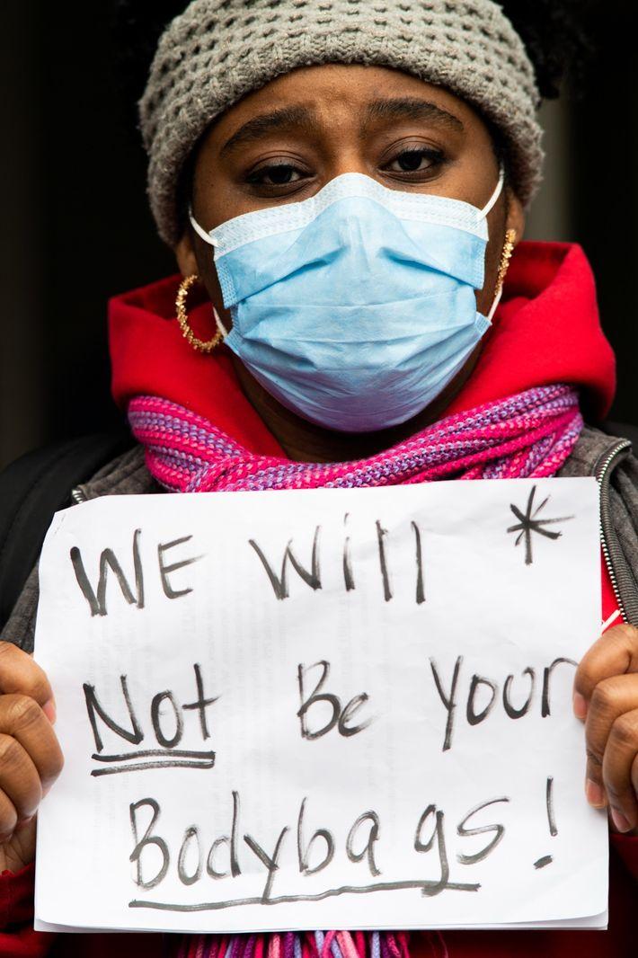 En abril, Sasha Winslow, enfermera con título oficial, se unió a otros trabajadores de la salud ...