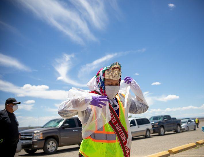 Shaandiin Parrish, la actual Miss Nación Navajo, se prepara para distribuir alimentos, agua y otros suministros ...