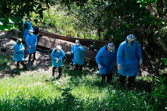 Un equipo médico de las fuerzas armadas brasileñas llega a la aldea indígena de Cruzeirinho, en ...