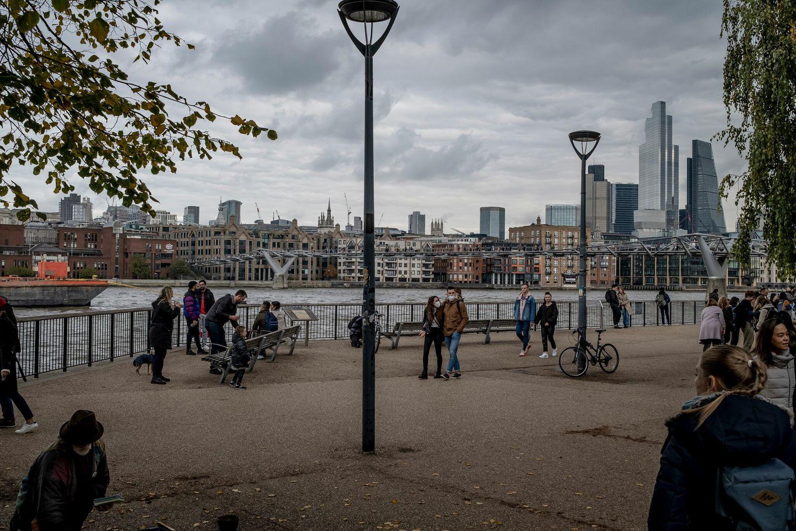Los peatones pasean junto al río Támesis en Londres el 18 de octubre del 2020.