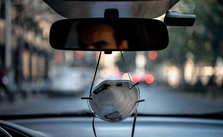 Una mascarilla colgando del espejo retrovisor de un automóvil en Santiago, Chile, en medio de la ...