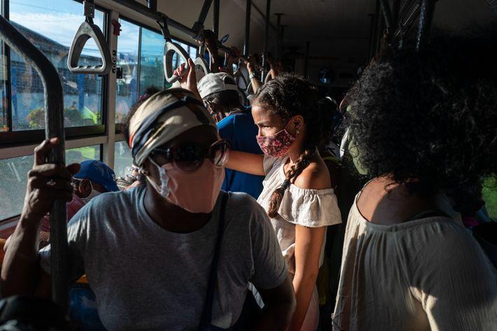 Karla y su madre se toman un autobús al mercado para hacer las compras de su ...