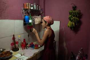 Karla se pone un vestido rojo y largo para la celebración que se considera una de ...