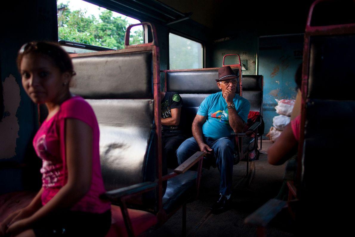 Pasajeros relajados en un viaje a La Habana.