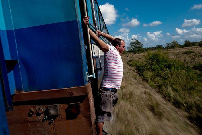 Un tren pasa por el campo en dirección a San Antonio de los Baños desde La ...