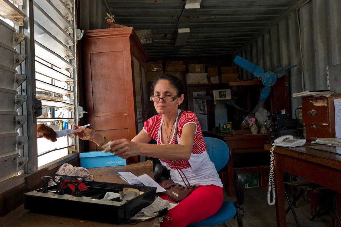 Una cajera vende boletos en la estación de tren de San Antonio de los Baños.