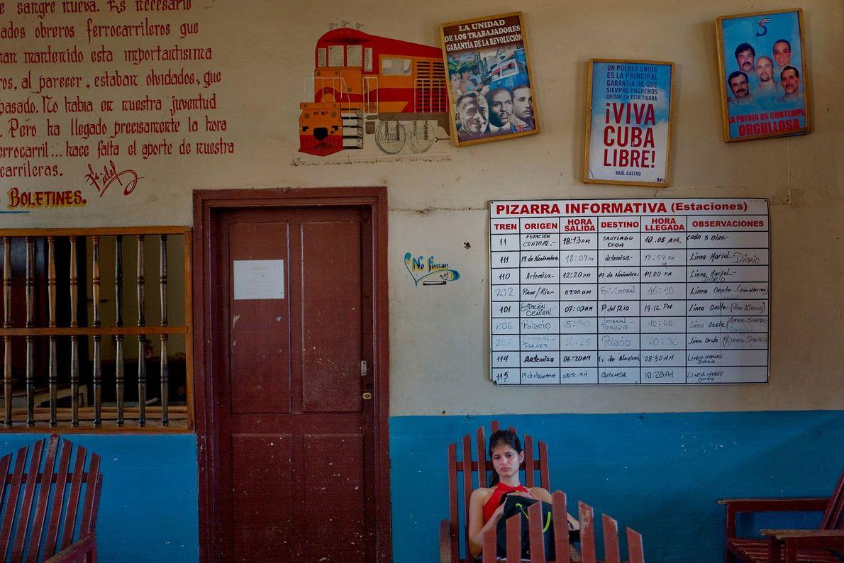 Una mujer espera el tren a La Habana en la estación de tren de Artemisa.