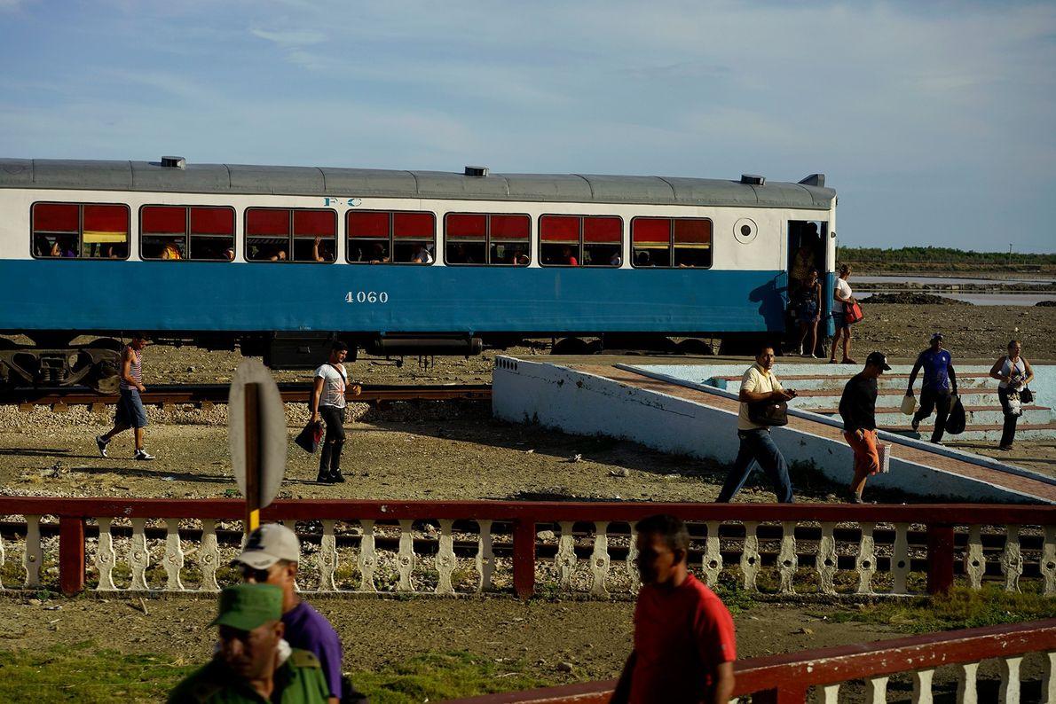 Pasajeros descienden en la estación de tren de Caimanera, una pequeña ciudad en la provincia de ...