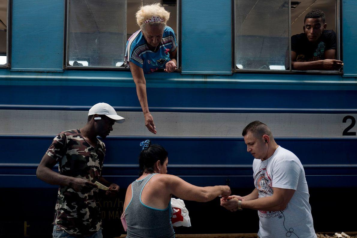 Vendedores ofrecen alimentos y bocadillos en una parada en la estación de Rincón.