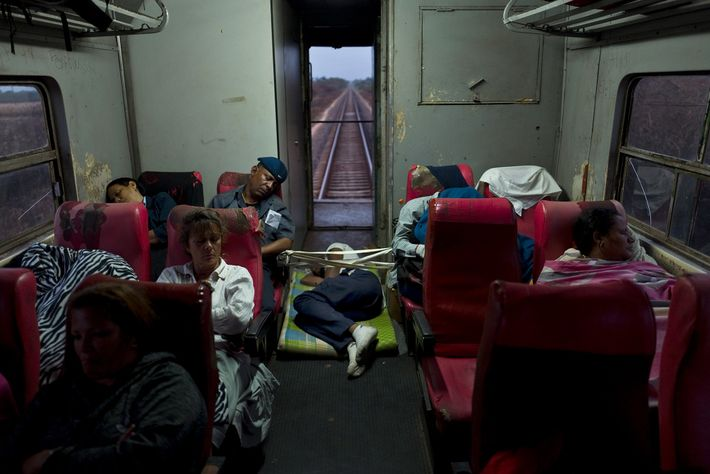 Un hombre duerme en el piso de un tren que viaja de La Habana a Santiago ...