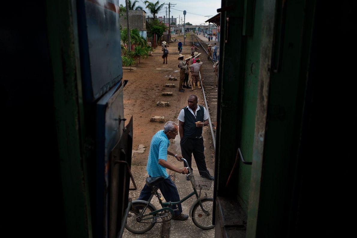 El tren que va de La Habana a Santiago de Cuba hace una parada en Ciego ...