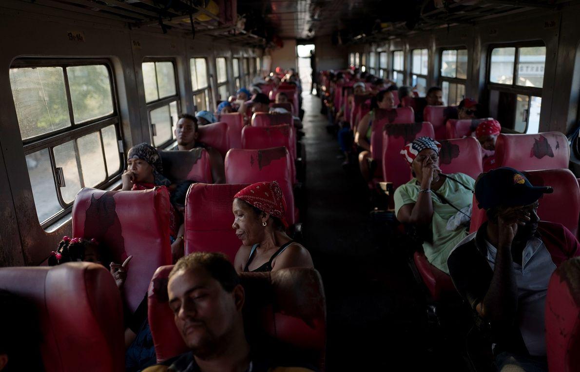Pasajeros descansan en un viaje desde La Habana a Santiago de Cuba.