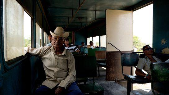 Pasajeros descansan en un vagón del tren que va de Santiago de Cuba a Bayamo.