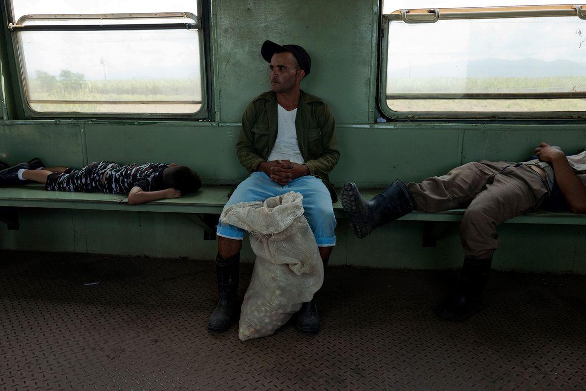 Pasajeros duermen durante un viaje desde Santiago de Cuba a Bayamo.