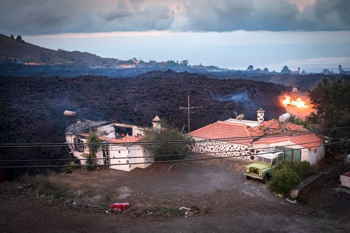 Se ha evacuado a miles de personas y la erupción, que no ha parado, ya ha ...