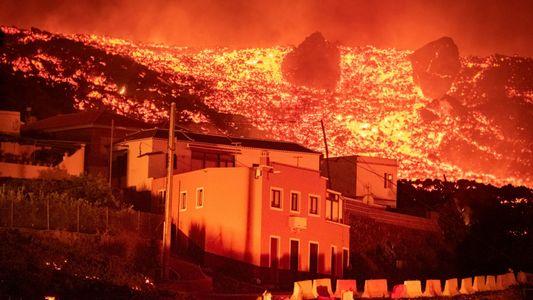Volcán entra en erupción en Islas Canarias tras 50 años