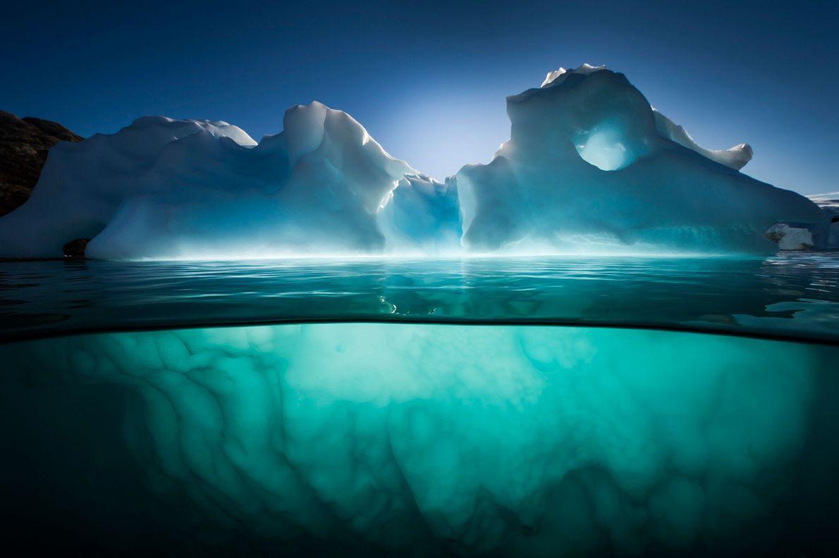 Un iceberg brilla bajo la luz de últimas horas de la tarde cerca de Red Island, ...