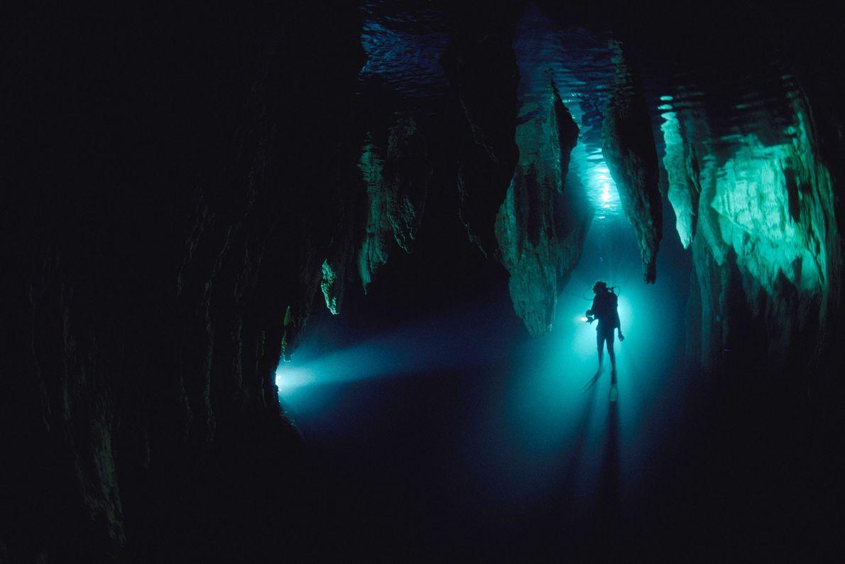 La silueta de un buzo en la cueva Chandelier en Palaos, Micronesia. El buceo en cuevas ...