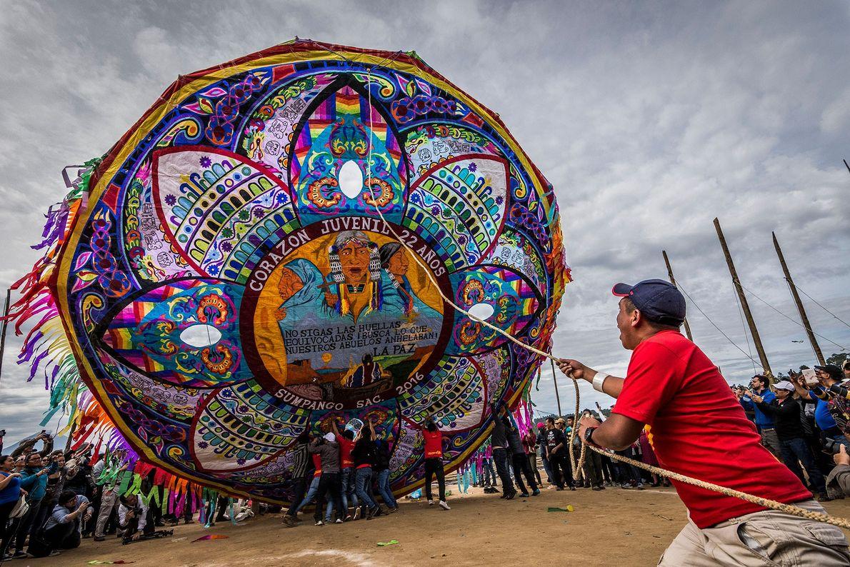 En la ciudad de Sumpango, Guatemala, una de las actividades del Día de los Muertos es ...