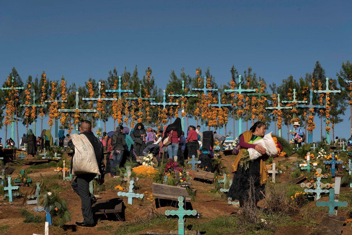 Casi toda la población de San Juan Chamula, México, es indígena, y en los cementerios de ...