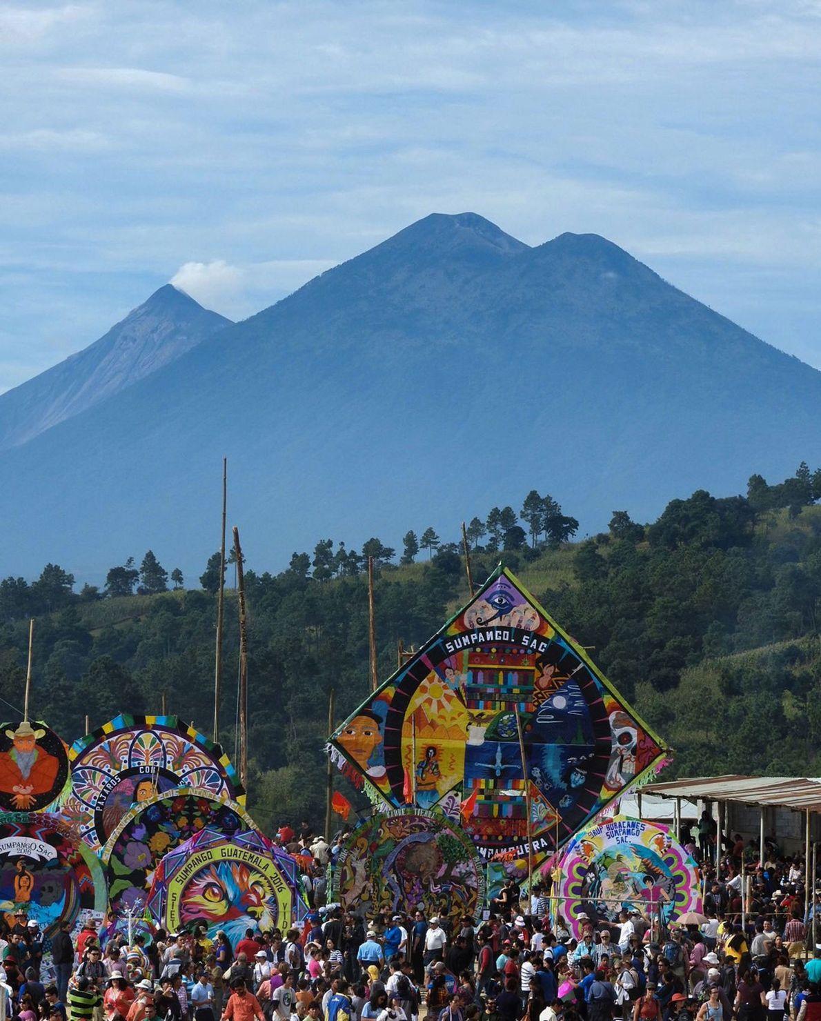 El Festival de Barriletes Gigantes de Sumpango se celebra en el Volcán de Fuego, un volcán ...