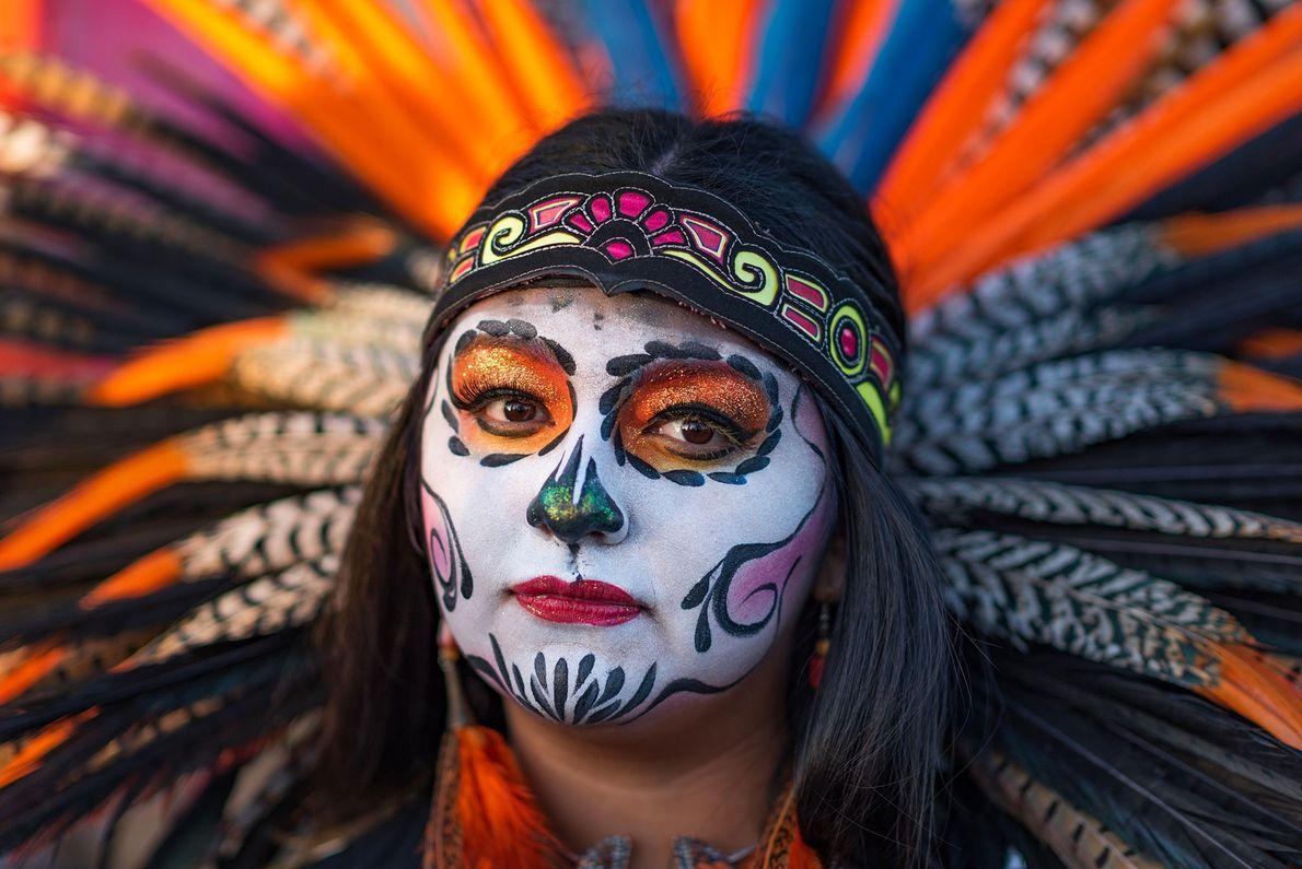 Es común que el Día de los Muertos celebre y preserve la antigua cultura indígena. Esta ...