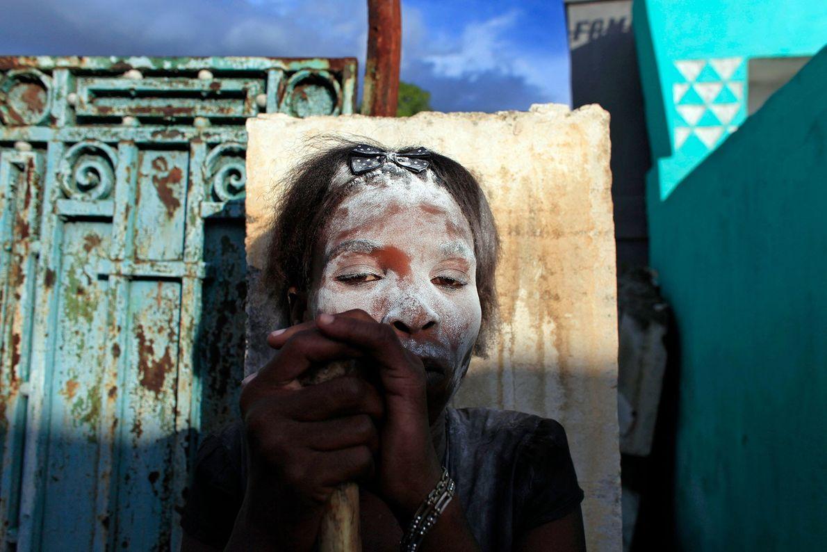 En Guédé, el Día de los Muertos haitiano, las personas que practican vudú se pintan la ...