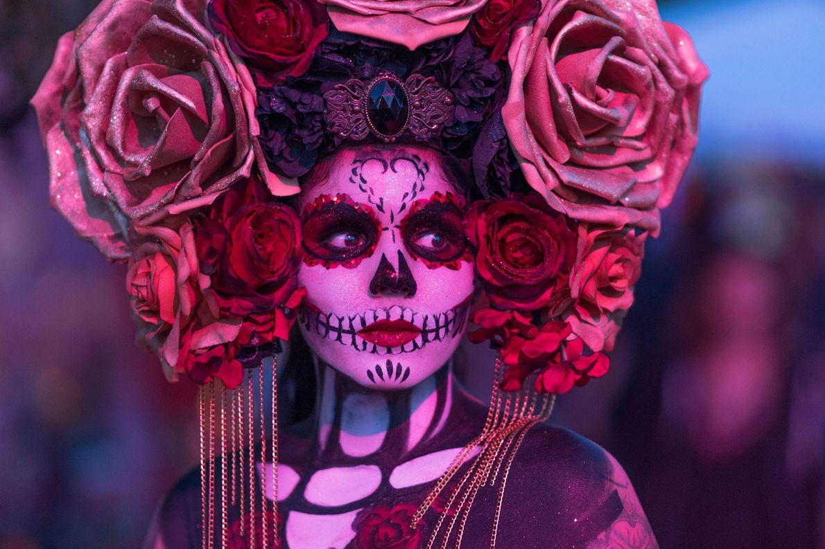 La eterna reina de El Día de los Muertos es Catrina, un elegante esqueleto femenino diseñado ...