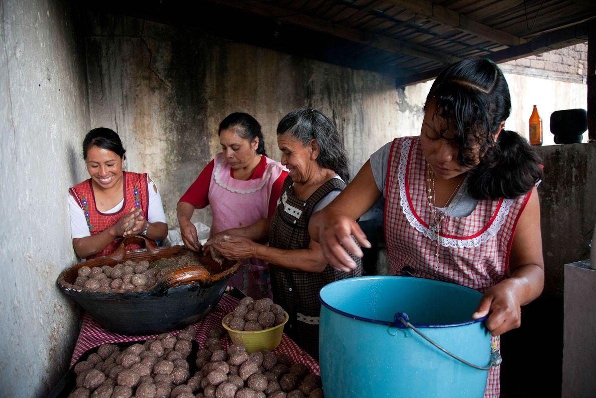 Las mujeres de San Andres, México, cocinan albóndigas, consideradas un alimento que reconforta; es común ver ...