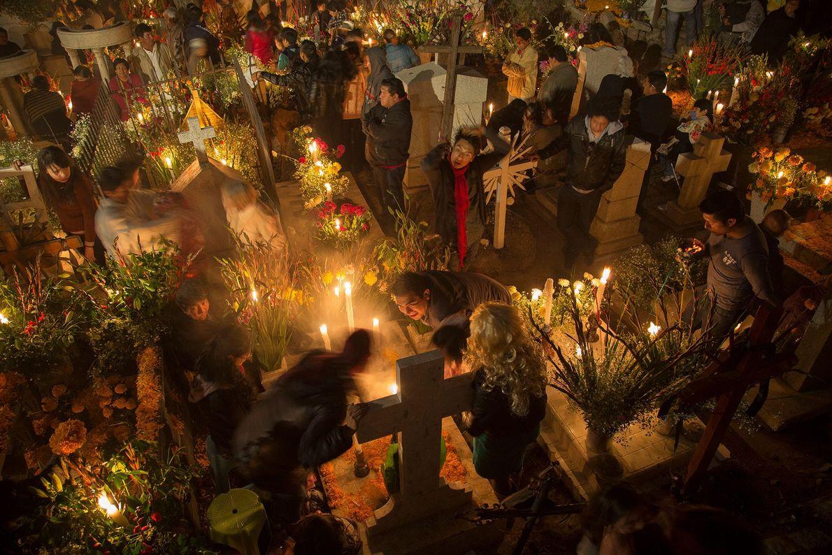 San Andrés Mixquic es famosa por sus grandes festejos del Día de los Muertos que incluyen ...