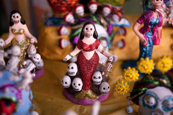 Existen innumerables variantes de Catrina que se venden en diferentes formas durante la celebración y durante ...