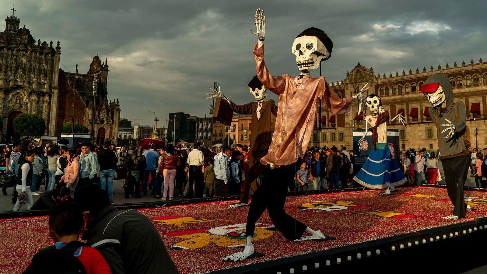 Durante el Día de los Muertos, los juerguistas en la Ciudad de México honran a sus ...