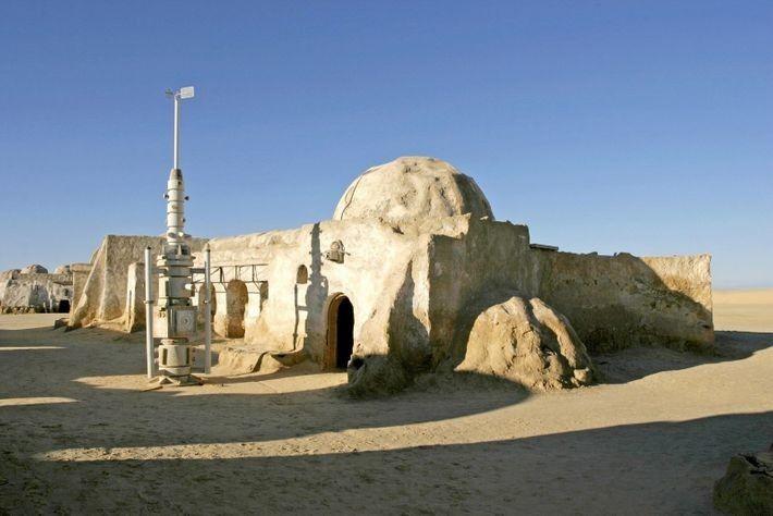 Este decorado cerca deNefta, en el Sáhara tunecino,se construyó para la película original deStar Wars. Se ...