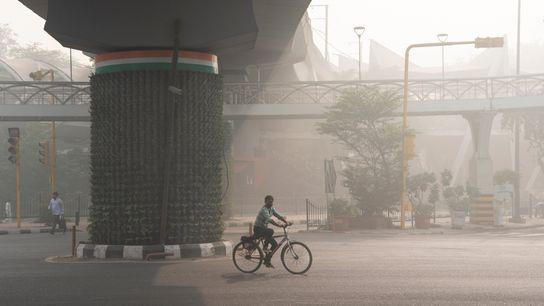 Una mañana con niebla cerca de Pragati Maidan en Nueva Delhi, India, sudarios verticales en los ...