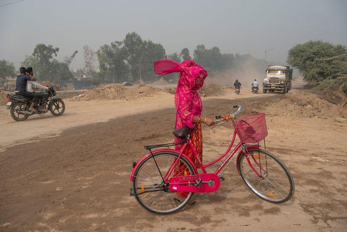 Una mujer intenta protegerse de la contaminación en Nueva Delhi. A veces, el gobierno de Delhi ...