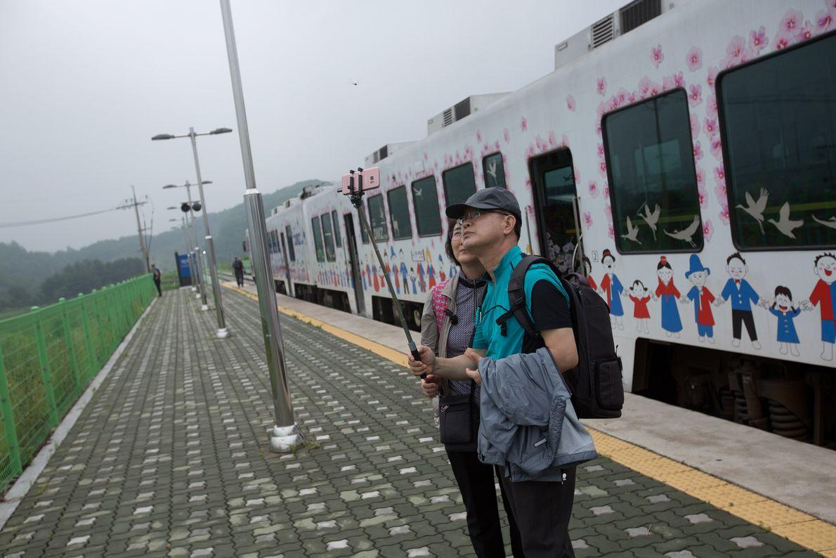 El Tren de la Paz transporta a los visitantes desde Seúl hasta las estaciones más cercanas ...