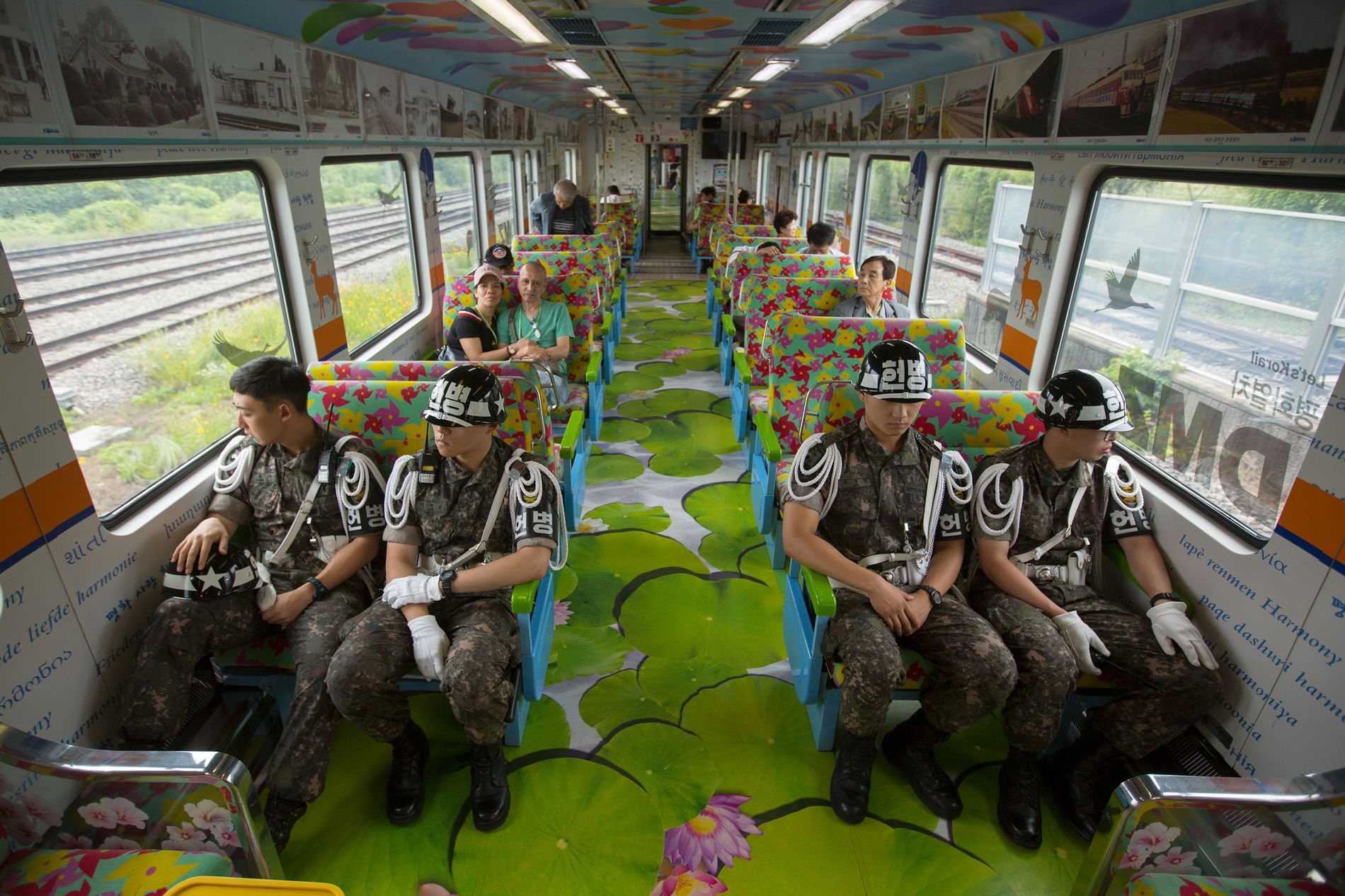 El Tren de la Paz de la zona desmilitarizada (Demilitarized Zone; DMZ) transporta soldados de Corea ...