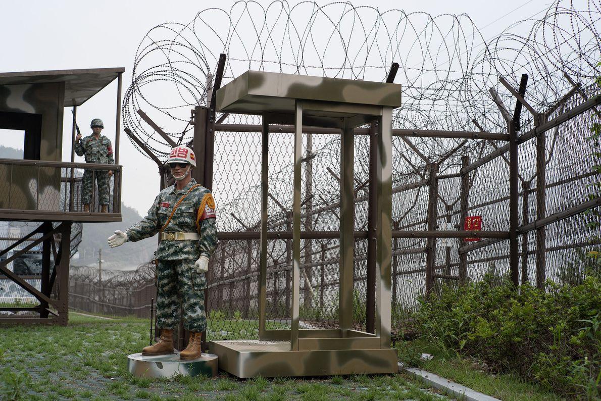 Las estatuas de los soldados hacen guardia en un puesto a lo largo de los cauces ...