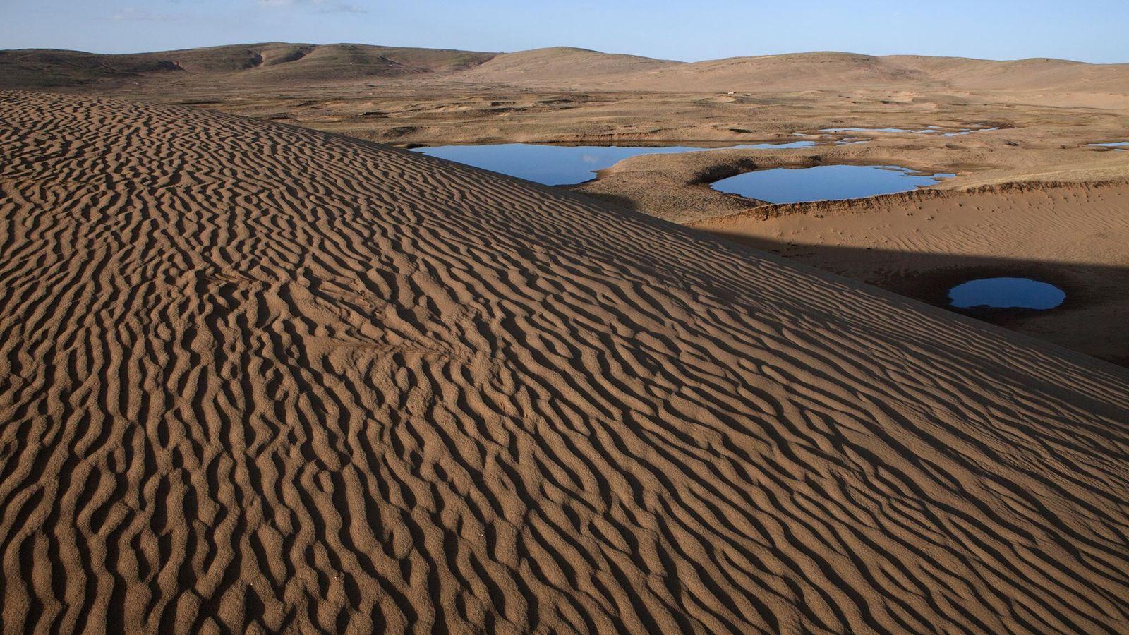 Las dunas de arena muestran la creciente desertificación de la meseta tibetana, a medida que la ...