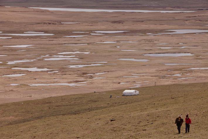Una familia de pastores cuida las pasturas al lado de un creciente desierto.