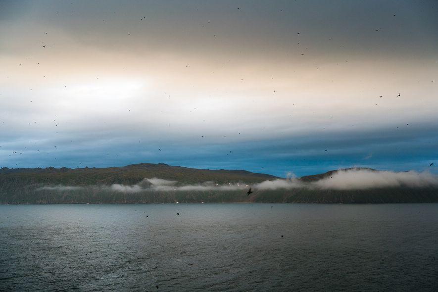 Una vista de la Isla Diómedes Mayor (Rusia) desde Diómedes Menor, Alaska. En el Estrecho de ...