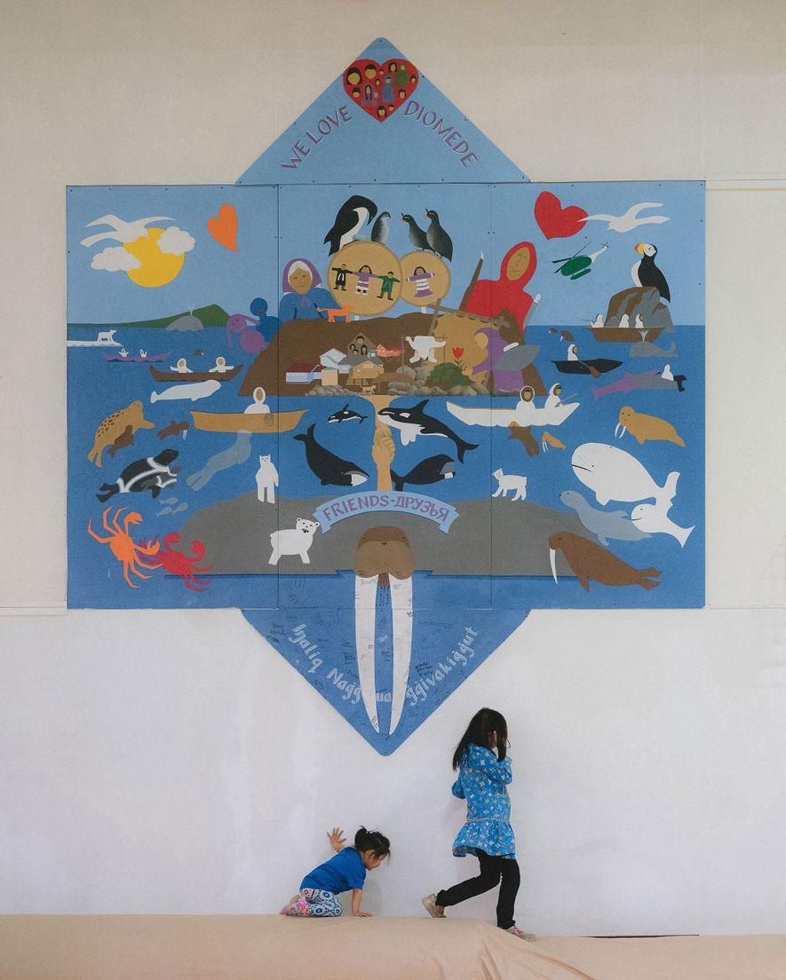 Este mural en el gimnasio de la Escuela de Diómedes simboliza la relación entre las Islas ...