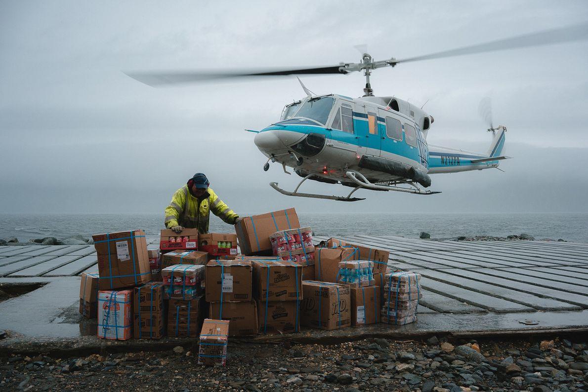"""Henry Soolook, el """"hombre del helicóptero"""", sostiene los suministros mientras el helicóptero despega de regreso hacia ..."""