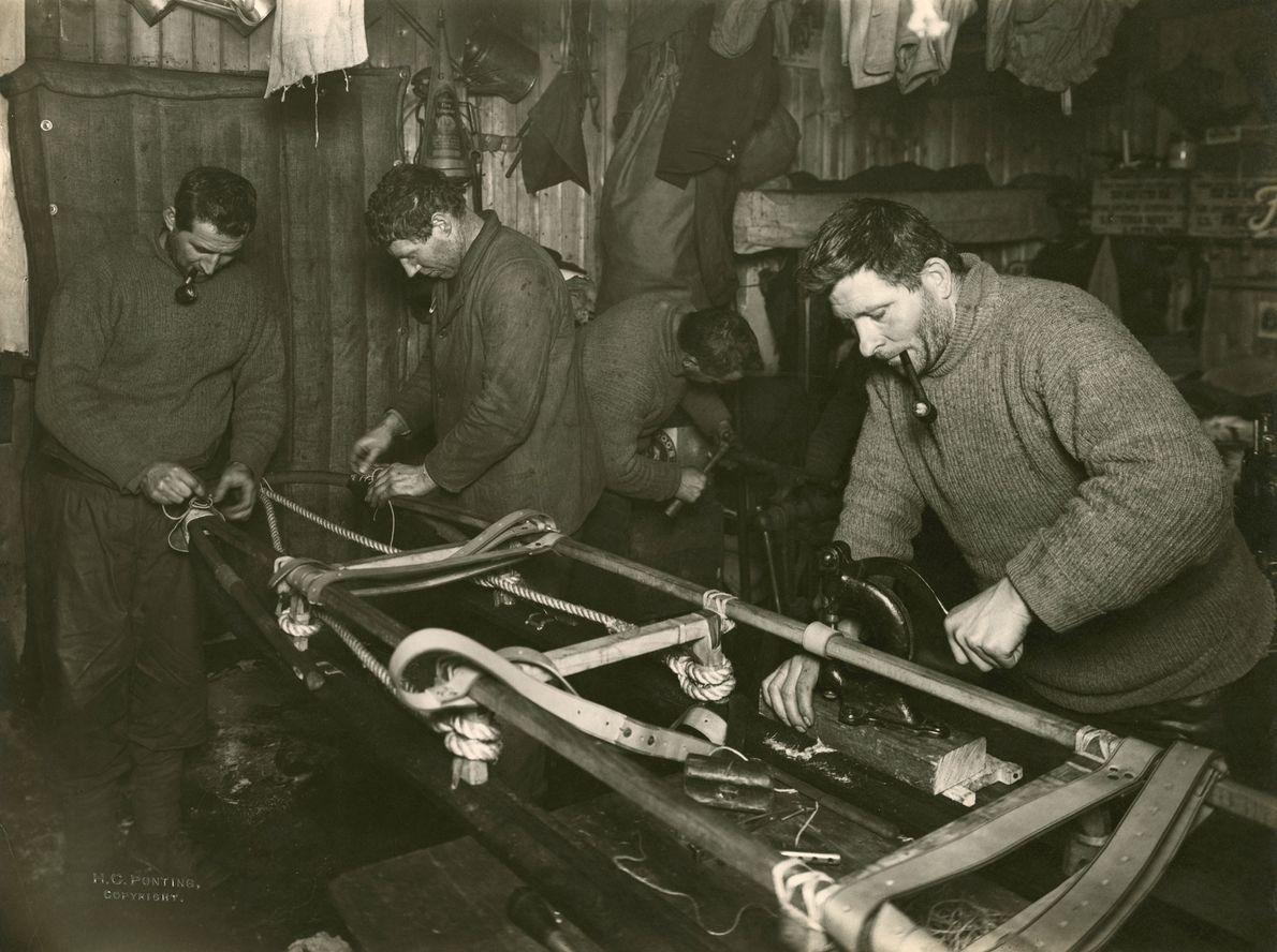 Un grupo de hombres construye un trineo para transportar artículos durante la expedición. El equipo del ...