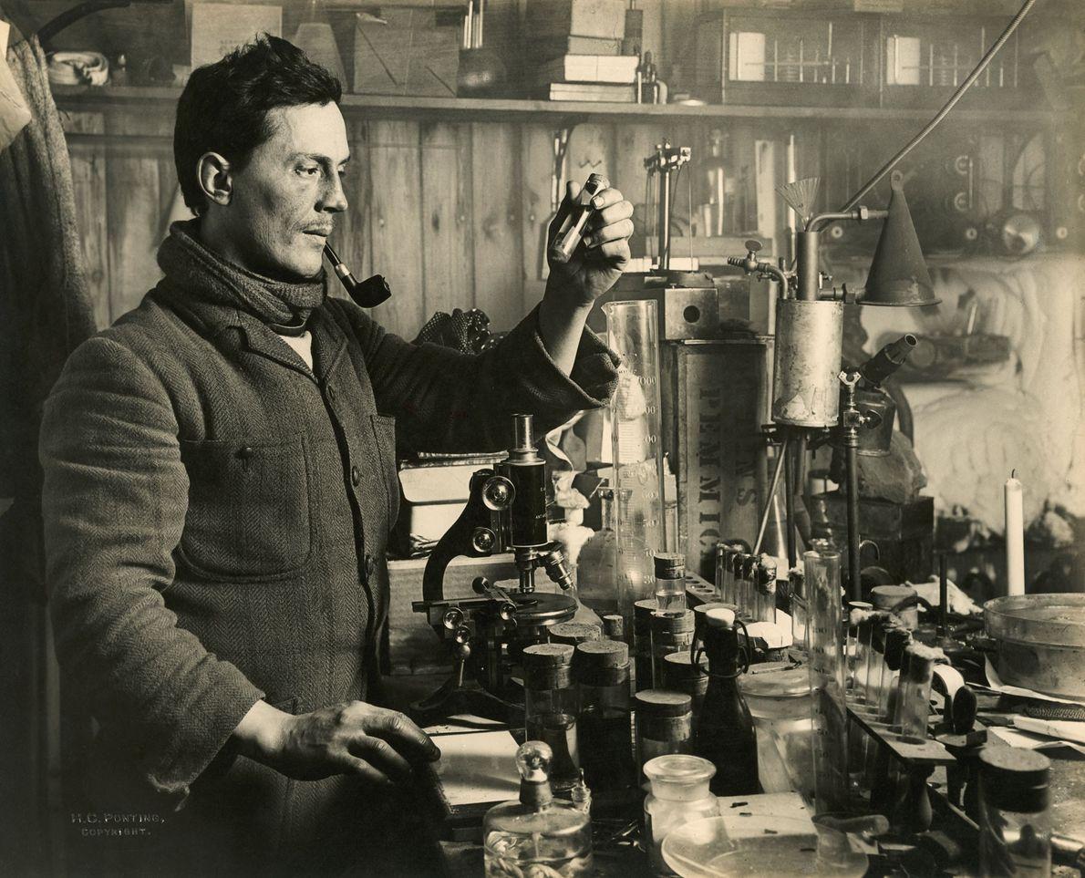 El doctor Edward Atkinson realiza experimentos en su laboratorio durante la expedición. Según lo que escribió ...