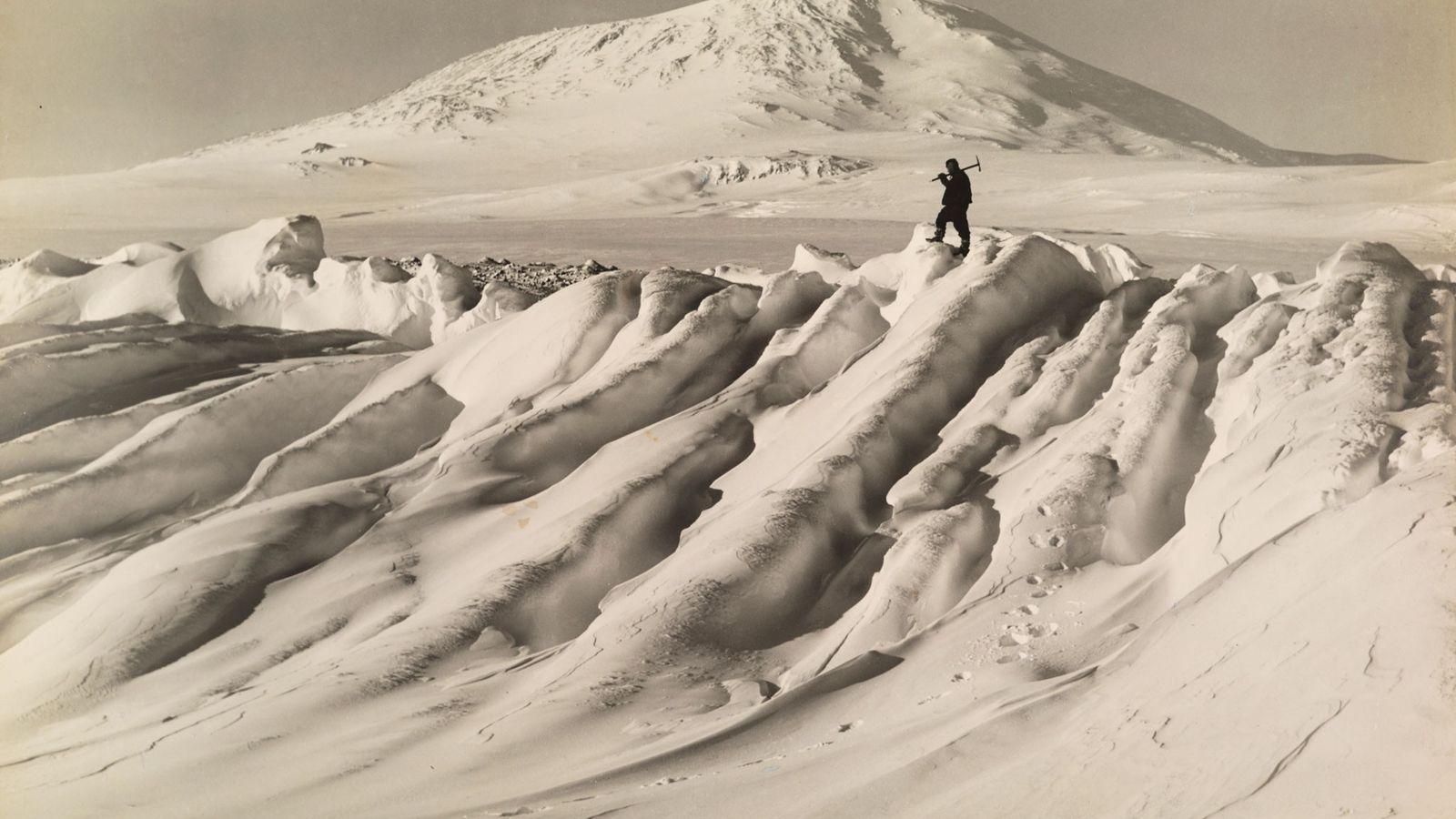 Un miembro de la expedición Terra Nova de Robert Falcon Scott al Polo Sur sobre un ...