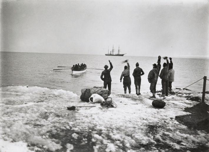 Miembros de la expedición polar de Robert Falcon Scott en la orilla despidiendo a los camaradas. ...