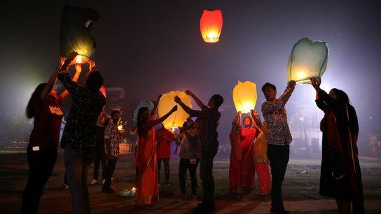 La gente se congrega para liberar los farolillos en la celebración del Diwali —el festival de ...
